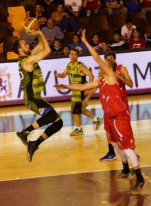 Uge Gómez lanza en suspensión durante el encuentro de Fase de Ascenso.