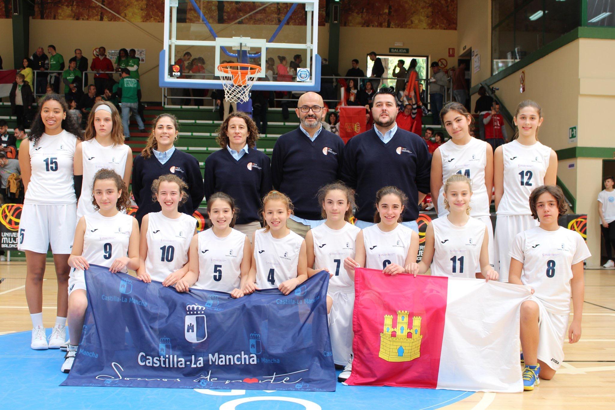 Irene junto al equipo alevín femenino del CLM