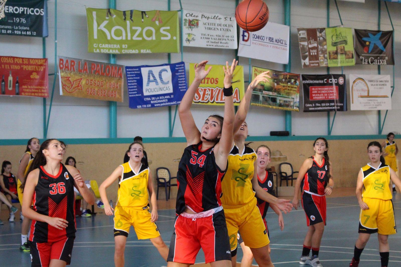 Lucia y Erica durante un partido con el Junior EBA